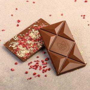 Mlečna čokolada sa dodatim kozjim sirom i liofilizovanom malinom