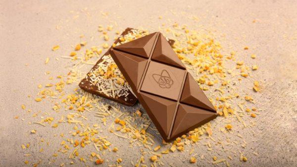 Mlečna čokolada sa dodatim kozjim sirom i liofilizovanom pomorandžom