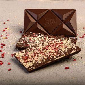 Čokolada (67% kakao delova) sa geografskim poreklom sa Madagaskara sa kozjim sirom i liofilzovanom malinom