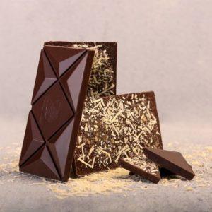 Čokolada (67% kakao delova) sa geografskim poreklom sa Madagaskara sa kozjim sirom i zelenim kardamonom